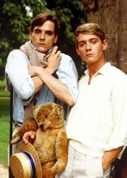 Jeremy Irons som Charles Ryder (t.v.) och Anthony Andrews som bögen Sebastian Flyte i Brideshead Revisited.